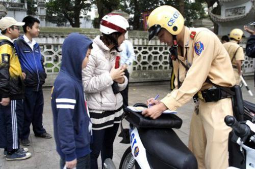 Phụ huynh không đội mũ bảo hiểm cho trẻ em sẽ bị phạt